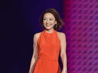 西川史子、セクシースリットの赤ドレスでランウェイ 神コレシークレットゲストに登場