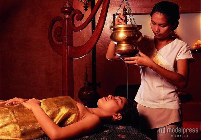 頭に温かなごま油を垂らすインド式のシロダーラ「Kesa Release Massage」