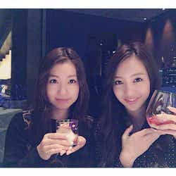 板野友美(右)&妹・成美の2ショットに「美人姉妹」の声/板野成美オフィシャルブログ(Ameba)より