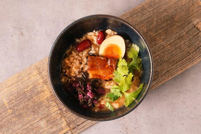 鉄観音香る、角煮とパクチーの黒いお粥のティフォン/画像提供:ポトマック