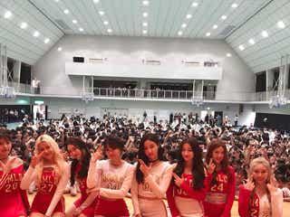 MOMOLAND(モモランド)、女子校をサプライズ訪問 ダンスコラボに感激