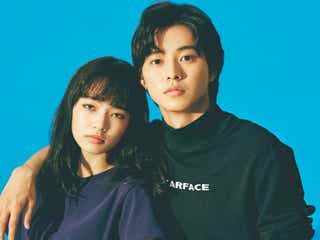 山崎賢人&小松菜奈、90年代ファッションで2ショット 「ジョジョ」撮影裏話を明かす