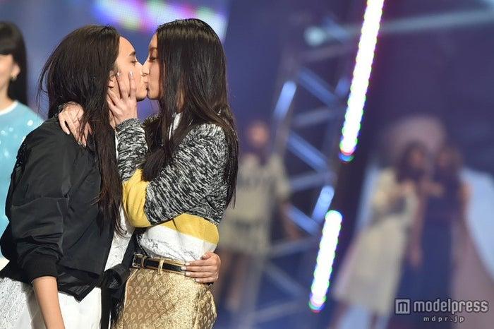 菜々緒(右)×石田ニコル(左)ら豪華モデル陣がキス連発【モデルプレス】