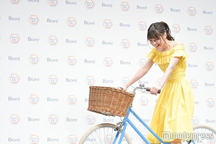 自転車に乗って登場した西野七瀬(C)モデルプレス