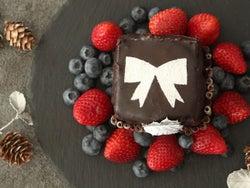 【お菓子作り初心者でもOK】ケーキ型を使わずに作れる「プレゼント型クリスマスケーキ」の簡単レシピ