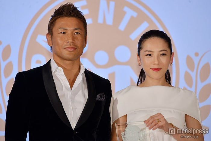 魔裟斗(左)のイクメンぶりをべた褒めした矢沢心(右)【モデルプレス】
