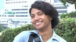 でっぱりんの姿を久しぶりに目にし微笑むあきら/「あいのり:Asian Journey」第22話より(C)フジテレビ