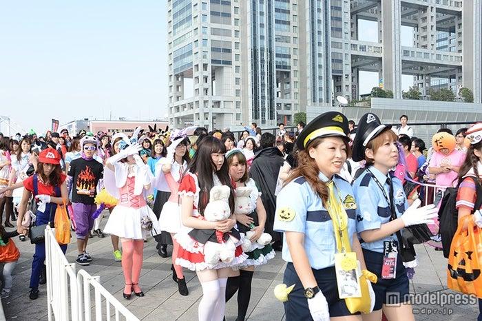 観客も仮装してパレード