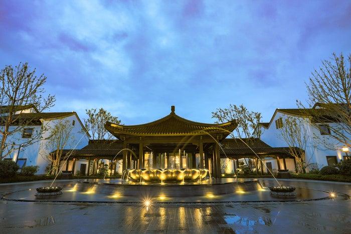 エントランスの蓮の花の噴水/画像提供:星野リゾート