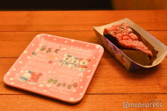 チョコとラズベリーのクランブルケーキ、スーベニアプレート付き¥780 (C)モデルプレス(C)Disney
