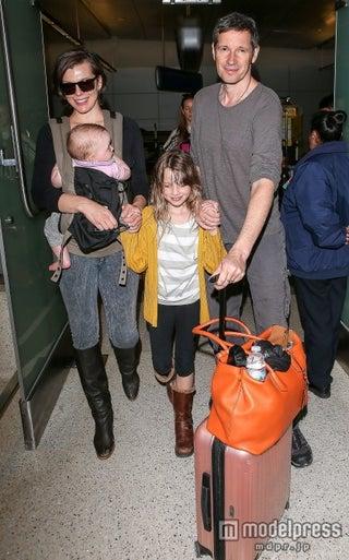 ミラ・ジョヴォヴィッチ、家族4人でLAに帰還