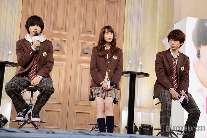 (左から)山崎賢人、桐谷美玲、坂口健太郎