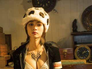 田中真琴「ONE PIECE」女体化グラビアで豊満バストあらわ