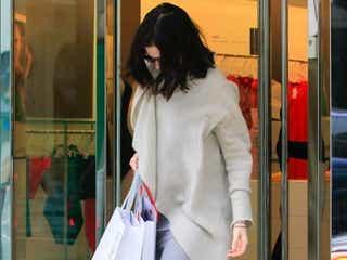 妊娠中のアン・ハサウェイ、下着を購入?