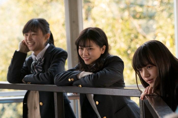久田莉子(中央)(C)「宇宙を駆けるよだか」製作委員会 <br>