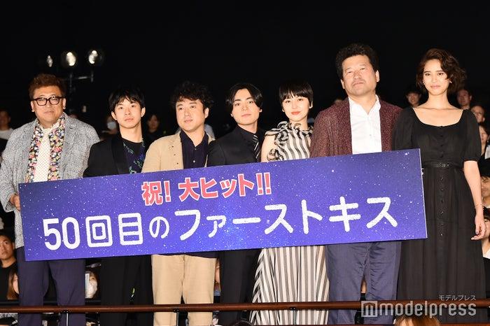 左から:福田雄一監督、太賀、ムロツヨシ、山田孝之、長澤まさみ、佐藤二朗、山崎紘菜 (C)モデルプレス