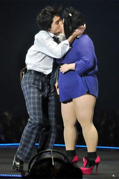 吉村崇、渡辺直美が「第13回東京ガールズコレクション 2011 AUTUMN/WINTER」のステージで熱烈キス