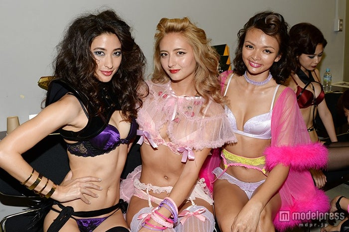 舞台裏の様子/(左から)メロディー洋子、エリーローズ、Mily