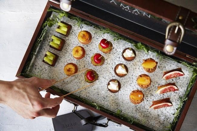 特製トランクが開かれると、旬のフルーツを使ったスイーツが/画像提供:アマン東京