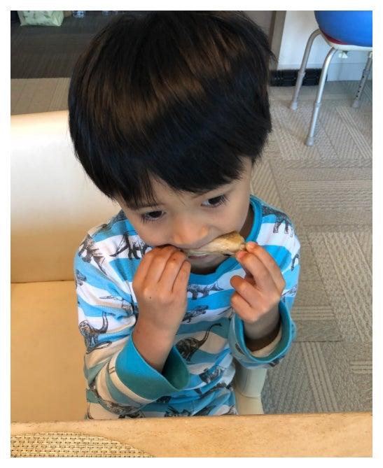 食べる仕草が麻央さんに似ているという勸玄くん/市川海老蔵オフィシャルブログ(Ameba)より