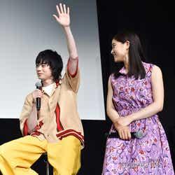フラッシュ暗算対決で、1番に手を上げ答えた菅田将暉(左)。残念ながら不正解。(C)モデルプレス