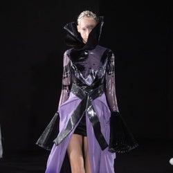 「ユミカツラ」パリコレ19~20年秋冬 墨流しで新世代のドレス