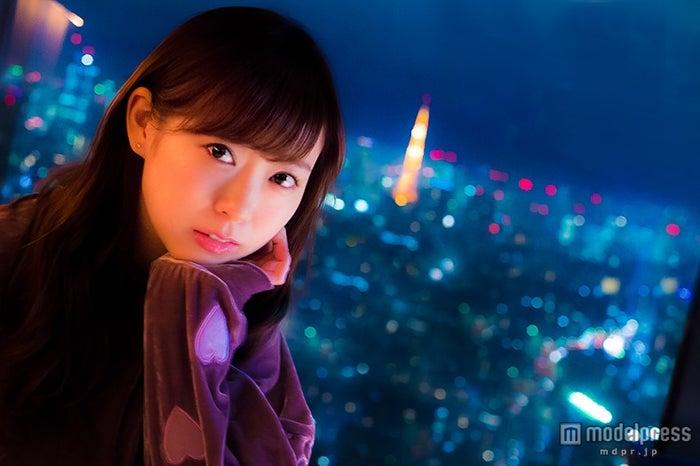 渡辺美優紀、サンタさんから欲しいモノ「深い愛情?」クリスマス×夜景で大人オーラ<みるきー オトナ行き Vol.23>【モデルプレス】