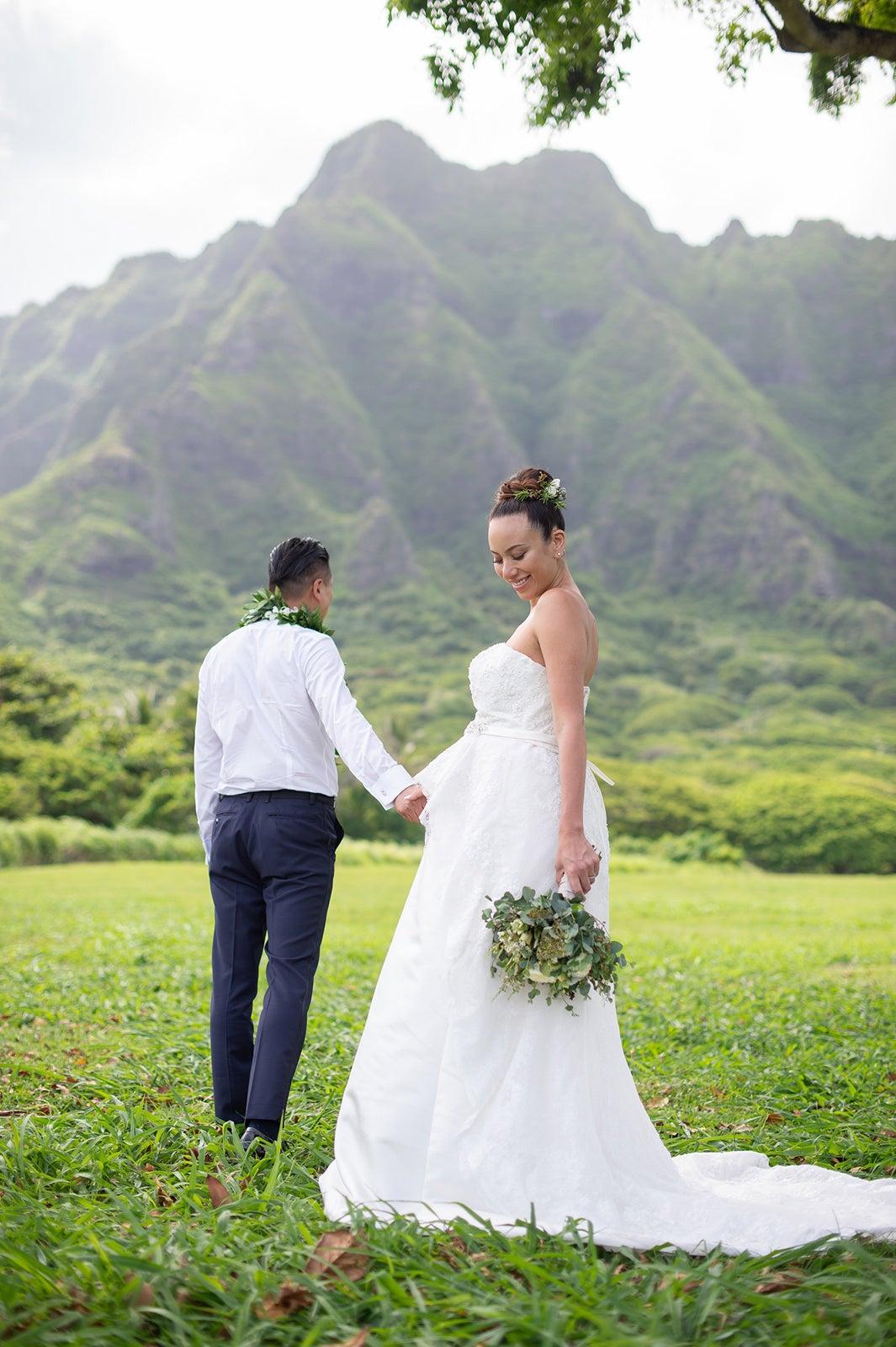 道端アンジェリカ、ハワイで挙式 夫との手つなぎショット