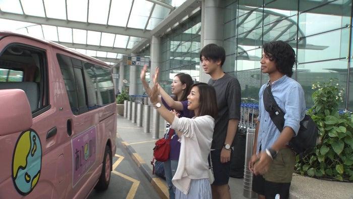 ラブワゴンを見送るメンバー/「あいのり:Asian Journey」第22話より(C)フジテレビ