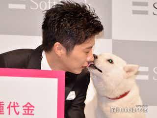 """田中圭、ワンコをも虜に 会見で""""大胆キス"""""""