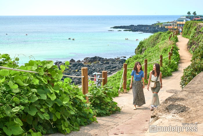 涯月海岸の遊歩道を散策、地元住人の散歩道にもなっています(C)モデルプレス
