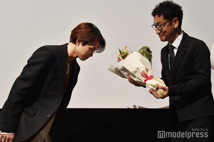監督に花束を渡すタクヤ (C)モデルプレス