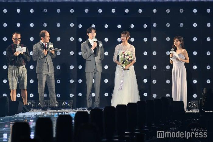 (左から)トレンディエンジェル(たかし、斎藤司)、新田真剣佑、吉川愛、田中みな実(C)モデルプレス