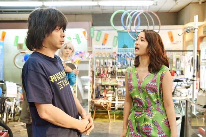 峯田和伸、石原さとみ/「高嶺の花」第2話より(C)日本テレビ