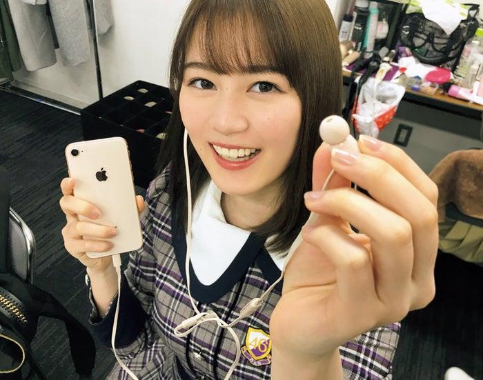 「乃木撮VOL.02」イヤホンを半分こする生田絵梨花(撮影:大園桃子)/提供写真