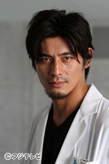 主人公である天才心臓外科医・朝田龍太郎役を演じる坂口憲二
