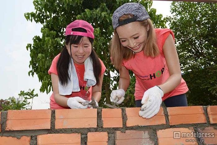鎌田安里紗(右)/画像提供:ハビタット・フォー・ヒューマニティ・ジャパン