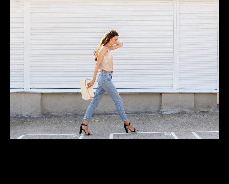スラリとした脚を目指す!前ももの張りを緩めるストレッチ&歩き方のコツ