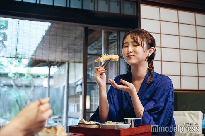 美味しいお蕎麦とサクサクの天ぷらに笑みがこぼれます。(C)モデルプレス