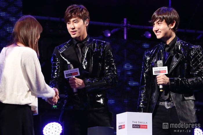 「2013 THE SHILLA DUTY FREE FAN FESTIVAL with TVXQ!」でファンと交流した東方神起(左から:ユンホ、チャンミン