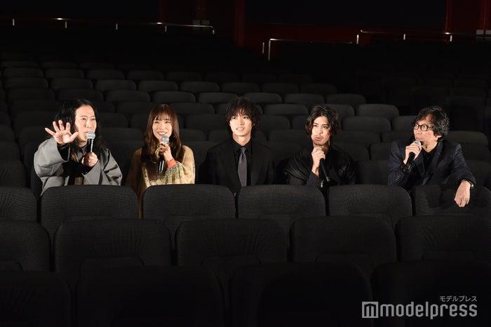 登壇者が客席からトーク(左から)又吉直樹、松岡茉優、山崎賢人、寛一郎、行定勲監督(C)モデルプレス
