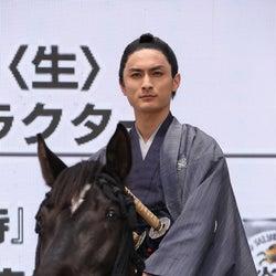 """高良健吾、馬にまたがり見事な手綱さばき!""""戸惑った""""オーダーを明かす"""