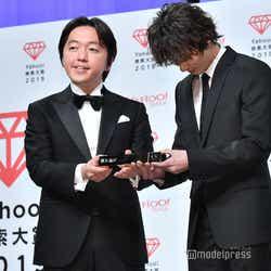 宮澤弦氏、トロフィーが重いのでしっかりと手を添えて持つ横浜流星 (C)モデルプレス