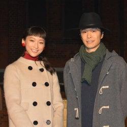 杏&長谷川博己が『デート』イベントで赤レンガ倉庫にメッセージを投影