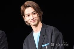 ファンを笑顔で見つめる横浜流星(C)モデルプレス
