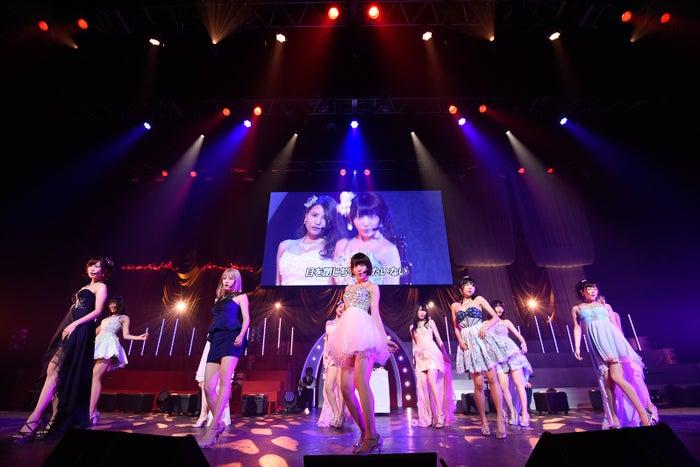 宮脇咲良(中央)「第6回 AKB48紅白対抗歌合戦」(C)AKS