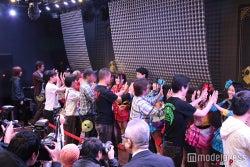 仮面女子名物「ハイタッチ会」に美川憲一も参加(画像提供:アリスプロジェクト)