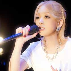 アコースティックライブ「MTV Unplugged」に出演した西野カナ