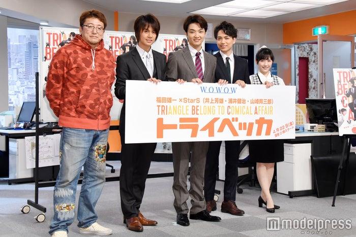 (左から)福田雄一、浦井健治、井上芳雄、山崎育三郎、渡辺麻友(C)モデルプレス
