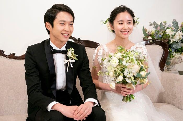 鈴木仁、堀田真由(C)リクルートマーケティングパートナーズ『ゼクシィ』